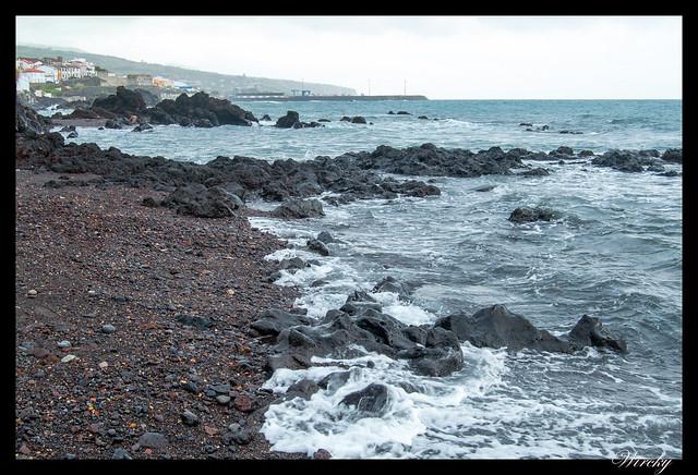 Playa de arena negra de Vila Franca do Campo - rocas negras