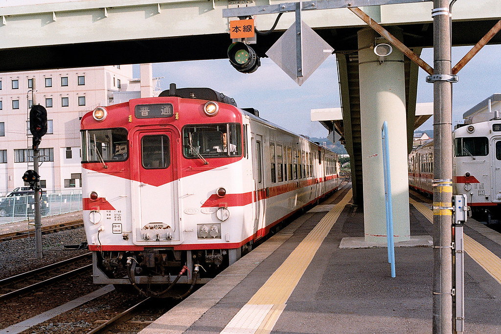 """岩手 久慈(Kuji) 2015/08/08 進站的列車,在遠一點的地方有停一台北三陸的列車,可惜我的底片機那是後故障,沒有拍到畫面,非常的可惜!  Nikon FM2 / 50mm Kodak ColorPlus ISO200  <a href=""""http://blog.toomore.net/2015/08/blog-post.html"""" rel=""""noreferrer nofollow"""">blog.toomore.net/2015/08/blog-post.html</a> Photo by Toomore"""