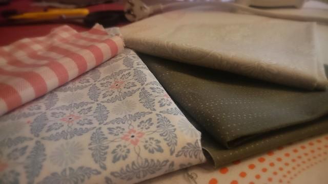 Stoffe für eine Damen- und eine Herrenkrawatte: Hellblau mit rosa für Sie und grau mit hellgrün für ihn.