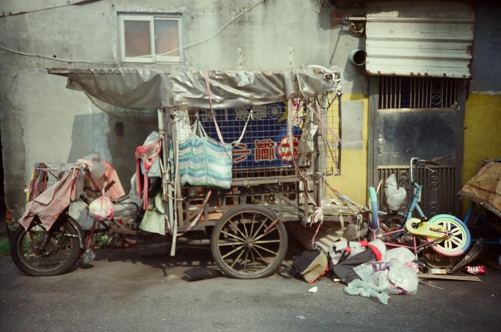 南機場夜市 / 電影底片 / Fujifilm 250D 8563 / Lomo LC-A+ 2015/11/07 從南機場公寓走到南機場夜市的路上,在巷口看到一台回收車,一般撿拾的回收車,舊舊亂亂的。  #Urbex  Lomo LC-A+ Fujifilm 250D 8563 3164-0015 Photo by Toomore