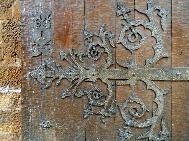 Spanish Wooden Door with Decorative Metal Hinge (Laguardia)
