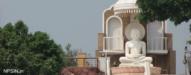 हिन्दू और जैन पंचांग के अनुसार, जैन धर्म के चौबीसवें तीर्थंकर श्री महावीर स्वामी के जन्म-दिवस के अवसर पर महावीर जयंती मनाई जाती है।