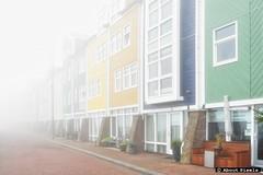 2015-10 Kleurijke architectuur bij grijs ochtendgloren met mist (Hellevoetsluis)
