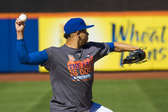 Hansel Robles throws to second