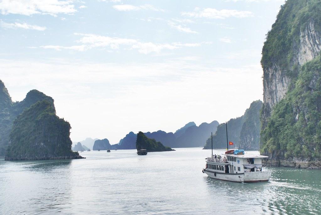 > Vallée immergée de la baie d'Halong au Vietnam.