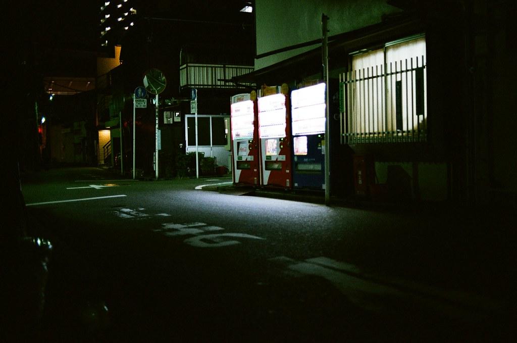 西日暮里 Tokyo, Japan / AGFA VISTAPlus / Nikon FM2 那時候住在西日暮里那區的赤土小學校,周圍都是住宅區,所以大約晚上八點過後,店家差不多就休息了,連超級市場也趕在晚上九點前休息。  我想在路上多走走,多拍一下長時間曝光的作品。  每次來日本的時候,都覺得路邊的販賣機有種神奇的守護感覺,或許只是單純的有光而感到不害怕吧!  Nikon FM2 Nikon AI AF Nikkor 35mm F/2D AGFA VISTAPlus ISO400 0998-0027 2015-10-02 Photo by Toomore