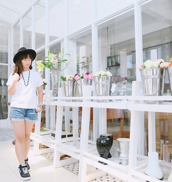 white outfit fashion blogger