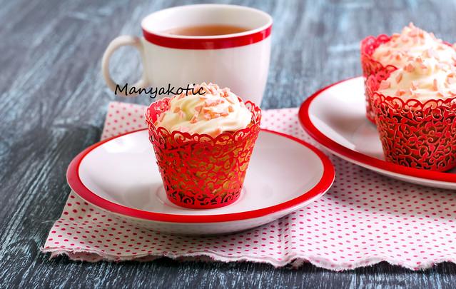 Vanilla frosting cupcakes