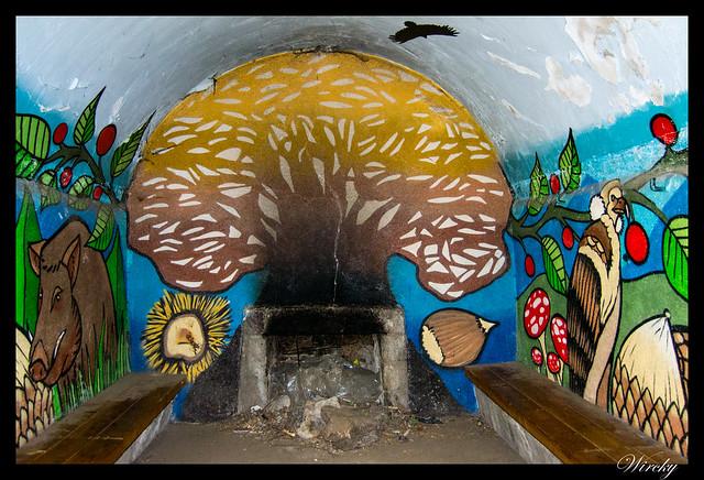 Grafitis en refugio de Majalavilla