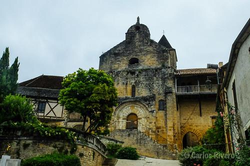 L'église Saint-Martin et le château du Plazac.