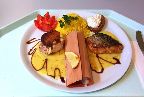 Monkfish saltimbocca, sutchi catfish in beech sliver & salmon steak with grilled tomato, lemon sauce & saffron rice / Seeteufel-Saltimbocca, Pangasius im Buchenspan & Lachssteak mit Grilltomate, Zitronensauce & Safranreis