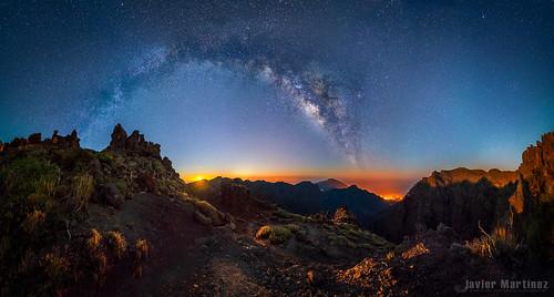 Corre que va a salir! Amanecer lunar y Vía láctea sobre la Palma. [Aapod] por Javier Martinez Moran