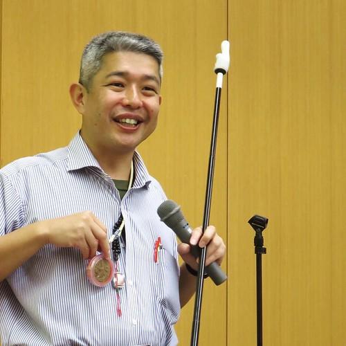 タイの民間信仰、お守りを見せる加納先生。