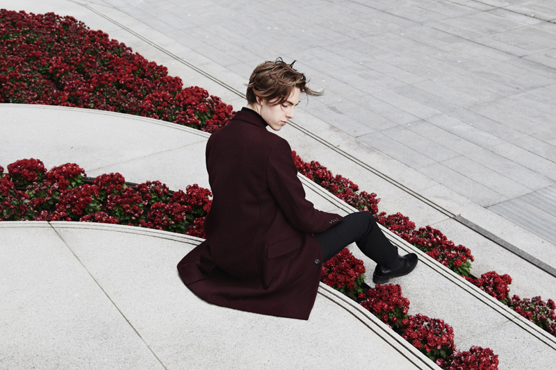 mikkoputtonen_fashionblogger_london_asos_burgundy_overcoat_turo_tigerofsweden_outfit_style_mensfashion_flowers8_web