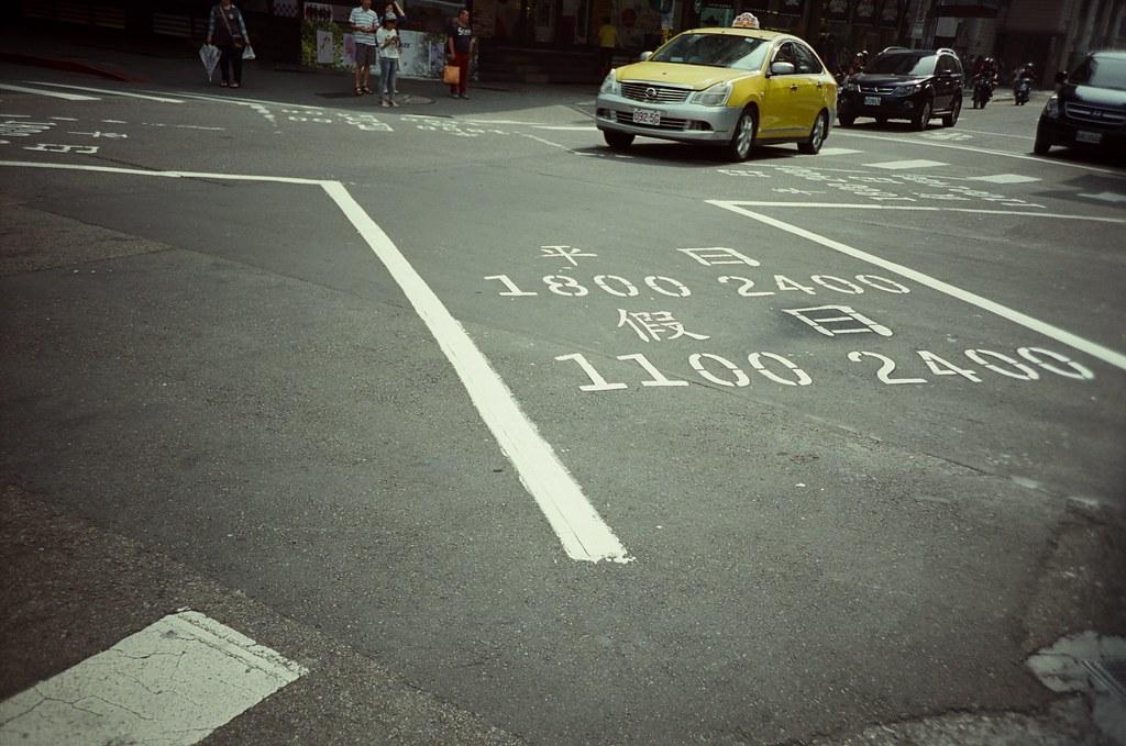 西門町 / 電影底片 / Fujifilm 250D 8563 / Lomo LC-A+ 2015/11/07 其實拍了好多卷底片,一直感覺不太出來電影底片的差別,只知道要沖洗有點麻煩,但是這卷是我愛的色調!  在那天下午我去了好多地方,其實我有那麼一點點的想著,但還是專心拍照就好,畢竟手上還有好多底片要拍測試。  Lomo LC-A+ Fujifilm 250D 8563 3164-0009 Photo by Toomore