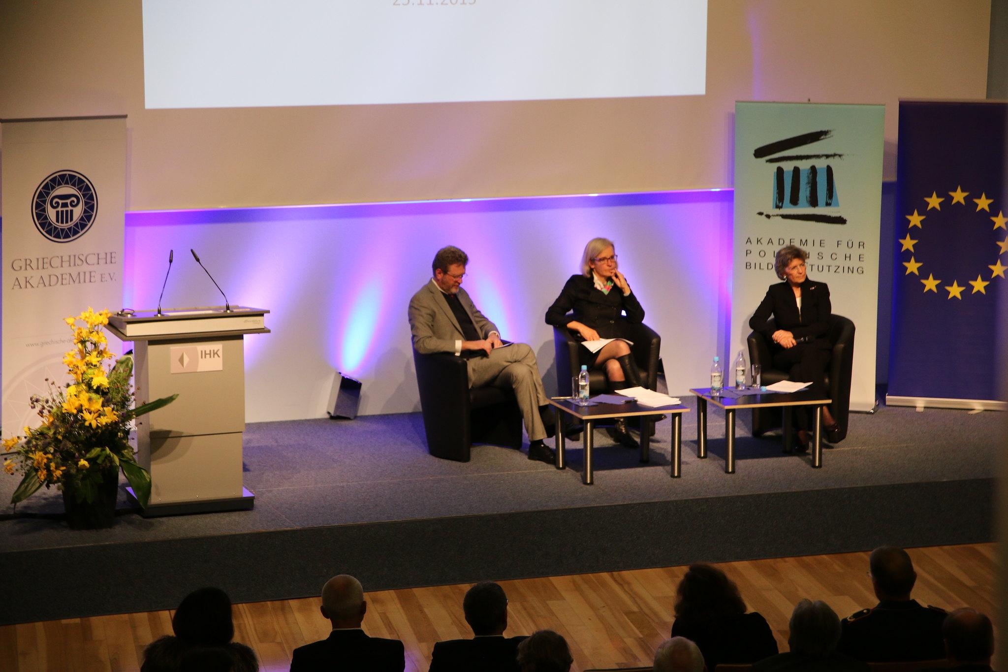 Der Blick von oben: Marcel Huber, Ursula Münch und Susanne Breit-Kessler auf dem Podium.