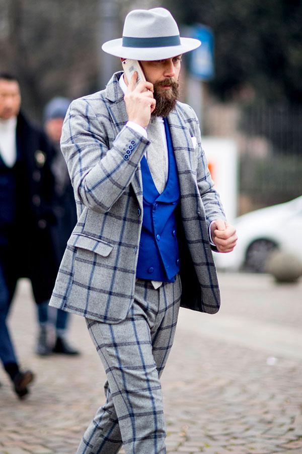 グレーハット×グレーウィンドペンスーツ×白シャツ×青ダブルジレ×グレーソリッドタイ