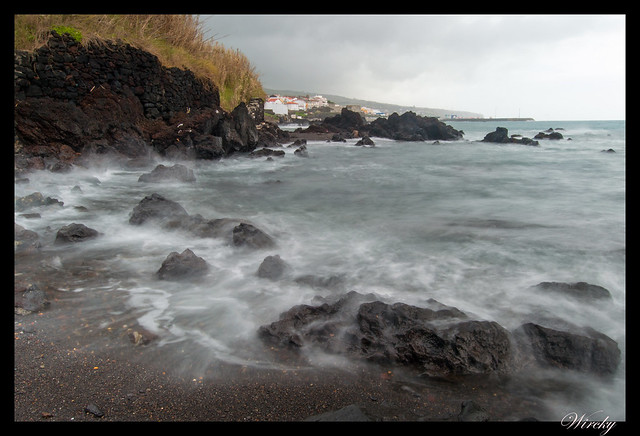 Ola llegando a las rocas negras. Foto de 2,5 segundos