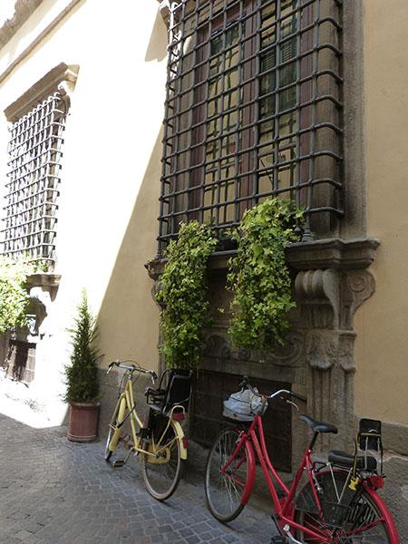 deux vélos sous des fenêtres