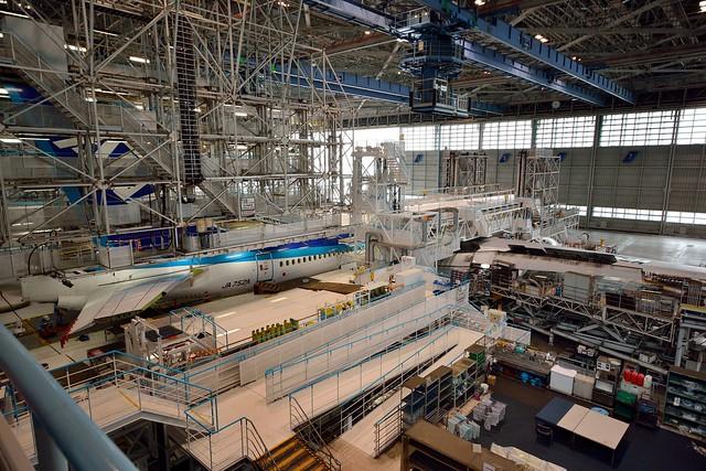 整備工場に格納される飛行機の写真