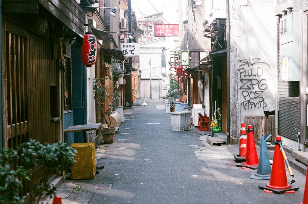 道頓崛 大阪 Osaka 2015/09/23 隔天早上準備去大阪車站搭車到京都,晚上的這裡很熱鬧,但白天就是這樣安安靜靜又有點亂亂的感覺。  Nikon FM2 Nikon AI Nikkor 50mm f/1.4S AGFA VISTAPlus ISO400 0946-0020 Photo by Toomore