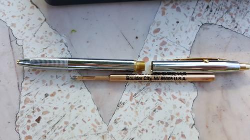 เป็นปากกาแบบกด แต่ก็เปลี่ยนไส้ได้