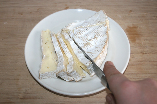 21 - Camembert in Scheiben schneiden / Cut camembert in slices