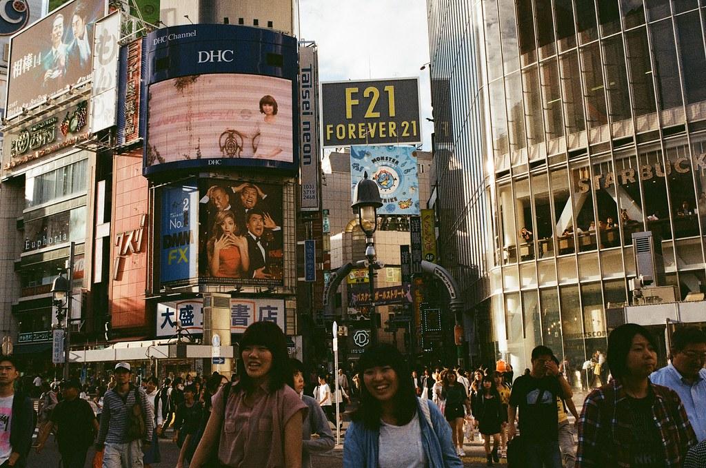 渋谷 Tokyo, Japan / Kodak ColorPlus / Nikon FM2 黃昏時候的光線會讓明暗很對立,但這樣可以讓景物更加立體。  不是很確定當時拍的時候有沒有考慮到這些問題,但似乎看得出來有稍微暗一點曝光。  這畫面好像還不錯!  Nikon FM2 Nikon AI AF Nikkor 35mm F/2D Kodak ColorPlus ISO200 0997-0014 2015/10/02 Photo by Toomore