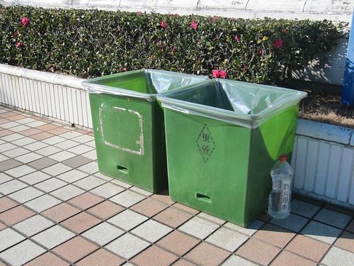 中山競馬場の芝スタンドにあるゴミ箱