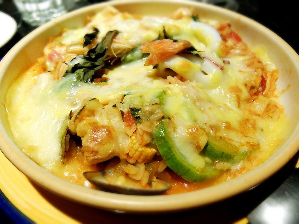 蕃茄野菇海鮮焗烤飯,裡頭的料非常非常的多...