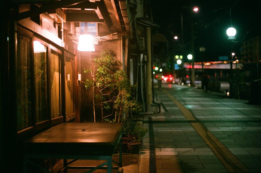 五条通 京都 Kyoto 2015/09/23 店家門口的小燈,這裡晚上很早店家就打烊了。  這是第一個晚上在京都。  Nikon FM2 Nikon AI Nikkor 50mm f/1.4S AGFA VISTAPlus ISO400 0949-0011 Photo by Toomore