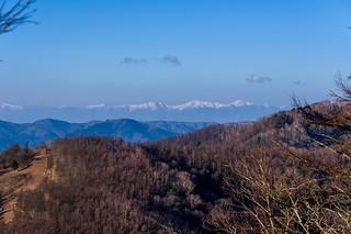 これから歩く尾根の向こうに南アルプス(白峰三山、塩見岳)