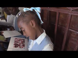 Girl reading Le Nouvel enfant