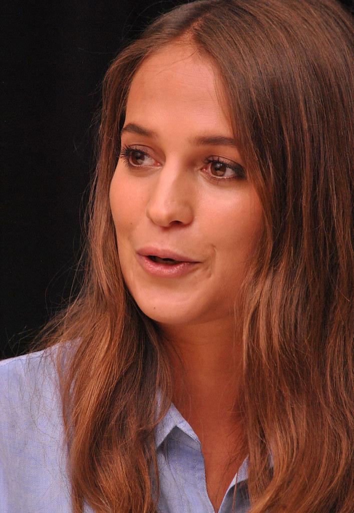 Алисия Викандер — Пресс-конференция «Девушка из Дании» на «TIFF» 2015 – 48