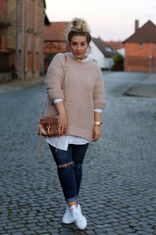 outfit-modeblog-jeans-skinny-look-streetstyle-knitwear-rosa-strick-sneaker