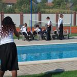 Die Jungs der Kindertanzgruppe, lässig am Pool, anlässlich der traditionellen Einladung zur Kirchweih bei der Unternehmerfamilie Supuran.