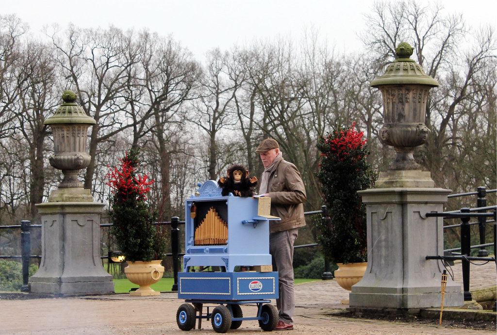 Kasteel Middachten organ grinder and monkey