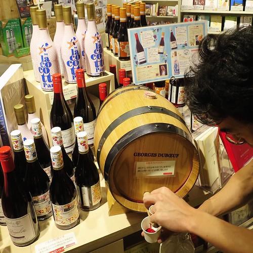 まさか本屋さんでワインを試飲できるとは!うまかった。 #hmvbooks