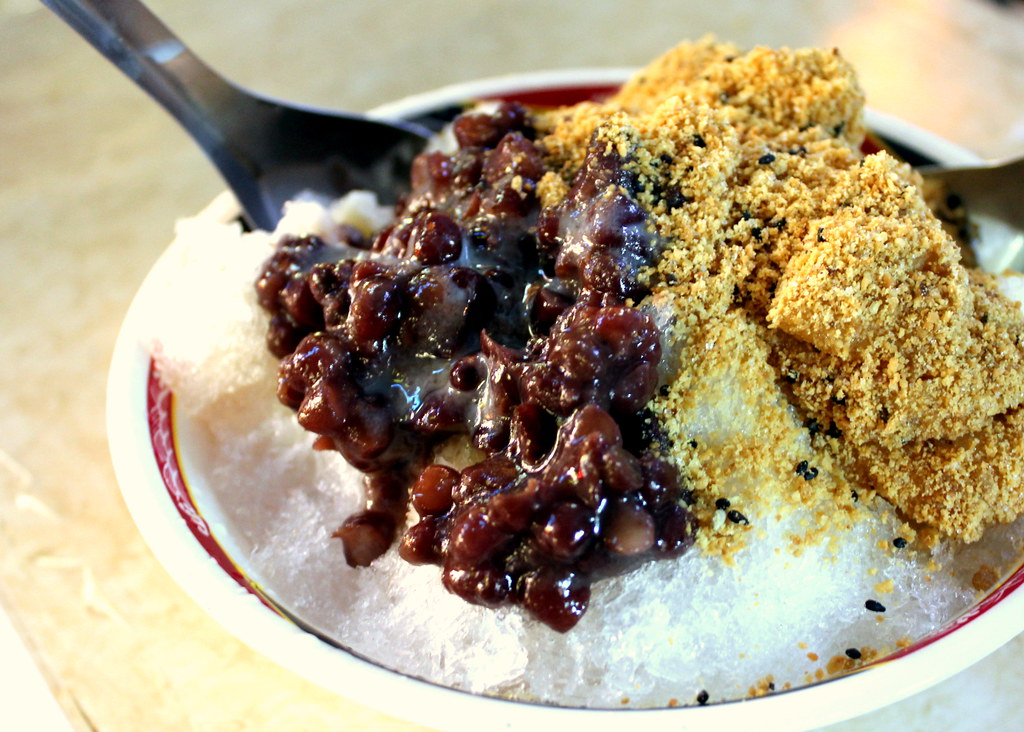 Taipei Night Market Trail: ningxia night market red bean and mua chee ice
