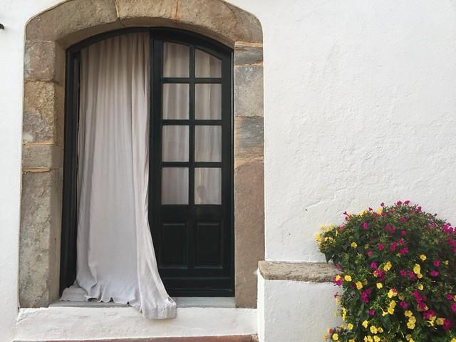 Una ventana entreabierta en Calella de Palafrugell (Costa Brava, Girona)