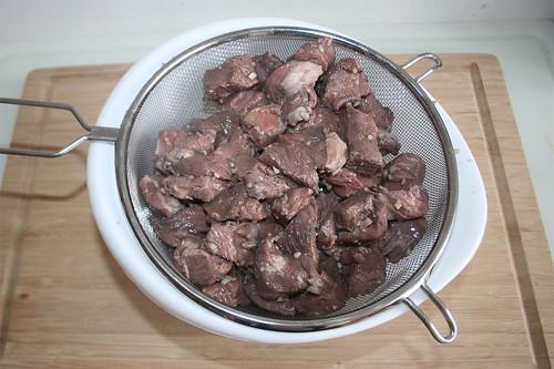 23 - Fleisch abtropfen lassen / Let lamb drain