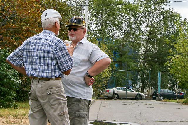 Two men chatting on the street of Izmailovsky market, Moscow, Russia モスクワ、ヴェルニサージュ(蚤の市)の路上でお喋り中のおじさんたち
