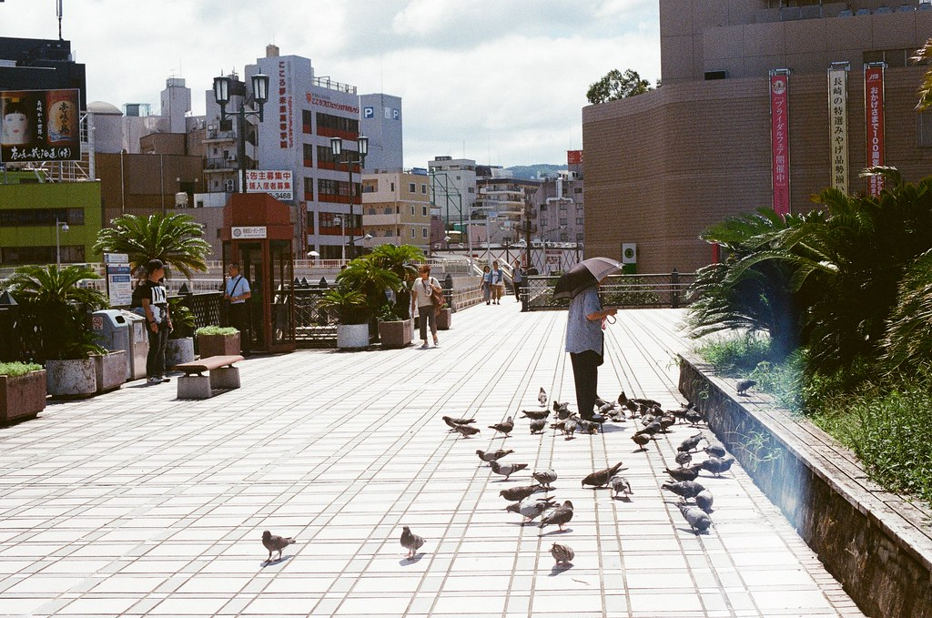 長崎 Nagasaki 2015/09/07 天橋上面有婦人在餵麵包。  Nikon FM2 / 50mm Kodak UltraMax ISO400 Photo by Toomore