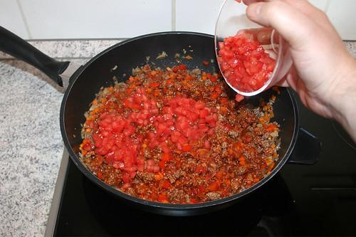 32 - Wein einkochen lassen & Tomaten hinzufügen / Let red wine reduce & add tomatoes
