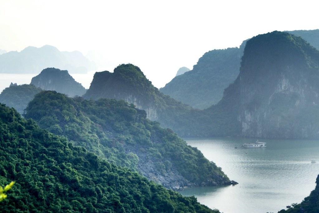Montagnes brumeuses de la baie d'Halong au Vietnam.