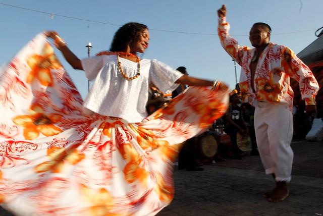 A dança que acompanha o ritmo possui uma coreografia marcante, os passos são miúdos, e o casal dança de forma cíclica - Créditos: Reprodução