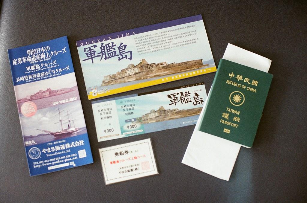 前往軍艦島(Gunkanjima) 端島 長崎港 Nagasaki 2015/09/07 完成付款與領取證件,右邊護照下面不是遺書,是要簽署一些同意書。  Nikon FM2 / 50mm Kodak UltraMax ISO400 Photo by Toomore