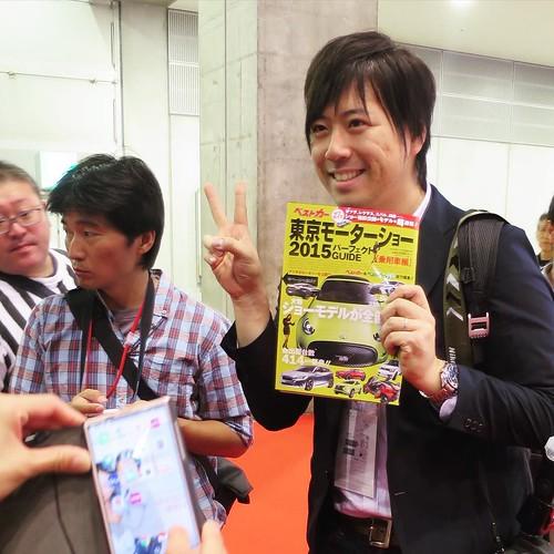 この後1人4冊買わせようとしてた。「冗談です」と言いつつ、目は笑ってなかった。 #東京モーターショー #ベストカーアンバサダー