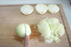 14 - Zwiebeln in halbe Ringe schneiden / Cut onion…