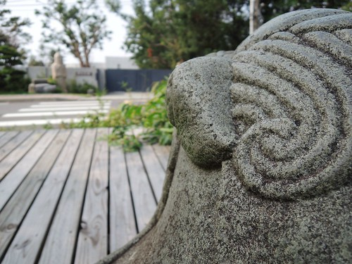 望向仰德大道對岸,有石雕巨神與我相望.........